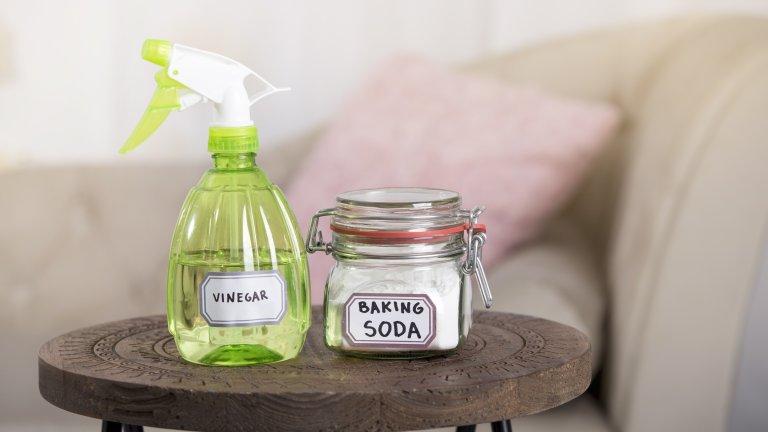 Оцет и сода за почистване на всякаква мръсотияДа, оцетът и содата са ефикасни за почистване, но както при лимона, така и при тях съществува един основен проблем - те са силни абразиви, които могат да увредят повърхностите. Затова се въздържайте да изпробвате хакове, които ви съветват с тях да почиствате фаянс, тефлон, домакинска посуда, подови настилки и други.