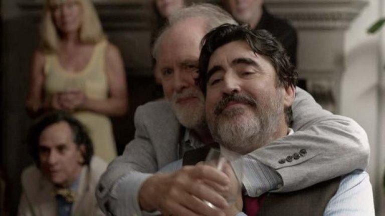 """""""Любовта е странна"""" дава възможност на звездите си Алфред Молина и Джон Литгоу да се развихрят като възрастна двойка, разделена след дълго чакания си брак"""
