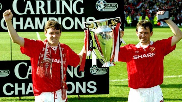 Капитанът Брайън Робсън (вдясно) и неговият наследник Стив Брус държат шампионската купа за сезон 1993-94