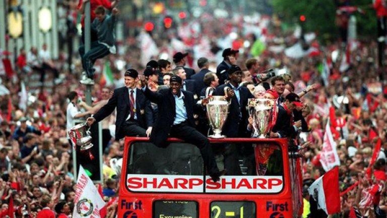 """И справедливо показа купите на парада от открития си автобус. Този състав на """"червените дяволи"""" остава вероятно най-силният в историята на клуба."""