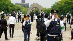 Японската полиция моли посетителите да напуснат Мемориалния парк на Мира в Хирошима, който затвори, заради посещението на Барак Обама в града. Това е първото посещение на американски президент в града, над който през 1945 година американците хвърлиха атомна бомба