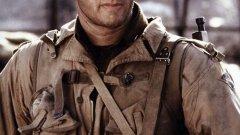 """Спасяването на редник Райън   Филмът е образец за добра военна драма под режисурата на Стивън Спилбърг. Том Ханкс е капитан Милър, решен на всичко да спаси Райън и да му помогне да се завърне в родината си невредим.   При подготовката си за ролята Ханкс преминава през интензивен тренировъчен лагер и задължава и останалите си колеги да сторят същото въпреки недоволството им. Резултатът – актьорът се разминава за малко с наградата """"Оскар"""", но филмът печели други пет златни статуетки на Академията."""