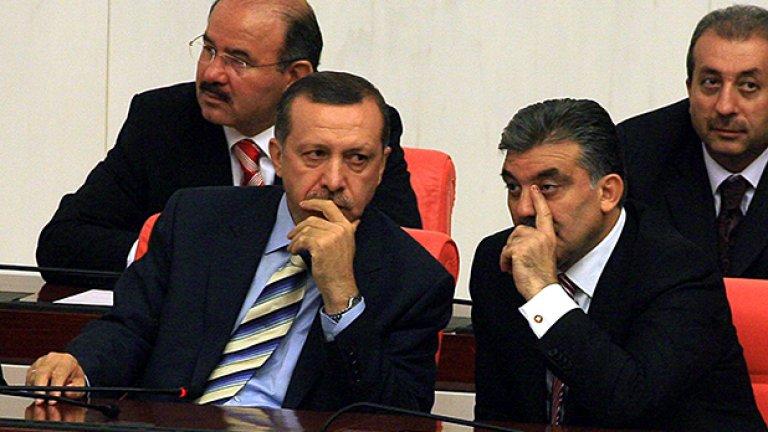 Игра на тронове между Гюл и Ердоган за президентските избори