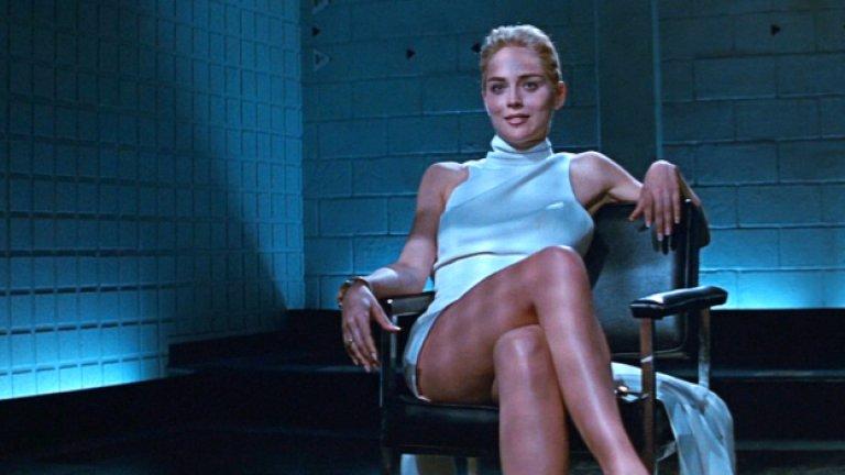 """Шарън Стоун в """"Първичен инстинкт"""" Фаталната жена, в която всички бяха влюбени - такава беше ролята на Шарън Стоун в еротичния трилър от 90-е години """"Първичен инстинкт"""". Оказва се обаче, че тя съжалява за скандалната сцена, в която камерата успява да улови доста интимна част от тялото ѝ, докато прекръстосва краката си с идеята да разсее разпитващите я полицаи. В този момент тя е облечена с къса бяла рокля и не носи бельо. Да свали бикините си я моли режисьорът на филма Пол Верховен с обяснението, че цветът им пречи на камерата. И до днес Стоун съжалява, че се е съгласила на подобно нещо."""