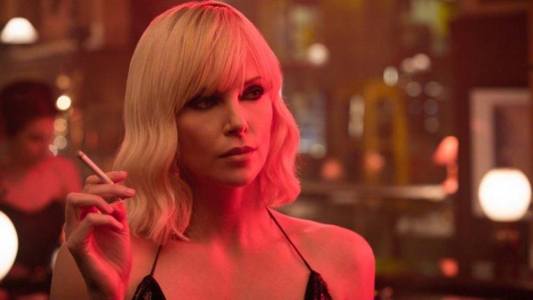 """Шарлийз Терон се върна с гръм и трясък в """"Атомна блондинка"""" като таен агент от Студената война."""