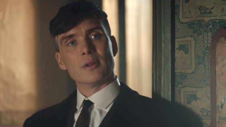 """Той няма нищо общо с Томас Шелби  Мърфи обяснява, че за него гангстерът, когото играе на екран, е """"пълен непознат"""". Същевременно Томас Шелби е персонажът, към когото най-често се е връщал, а амбицията и упоритостта на героя изискват да си много отдаден, когато си в неговата кожа. Ето защо на актьора след всеки сезон са му нужни два месеца, за да се оттърси  от Томас Шелби. През това време косата му пораства, прекарва време със семейството и се връща към нормалността."""