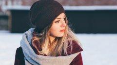 През декември е крайно време да прегледаме зимния гардероб и да запълним липсите. Макар и с повече време, прекарано вкъщи, е добре да знаем какво е модерно за този сезон.   Разбира се, най-важно за студените зимни дни е да ни е топло, но това не винаги означава да сме затрупани от дрехи.    В галерията вижте какво е модерно този сезон, за да се уверите, че човек може да не изглежда непременно като обгърнат от пашкул от дрехи.