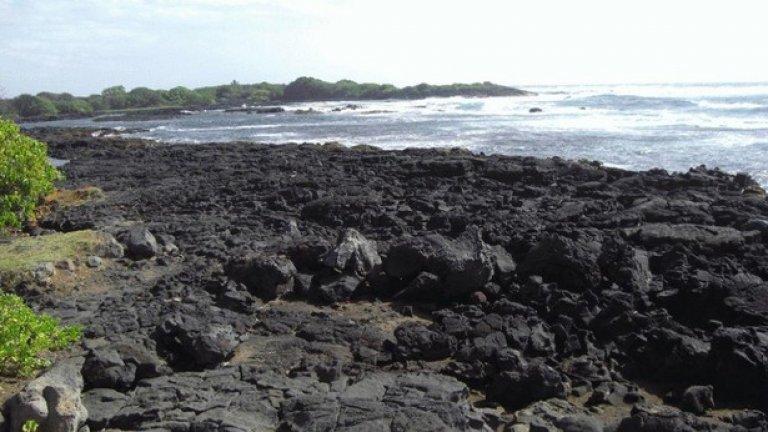 Също базалтова лава е причината за черните пясъци на този хавайски плаж