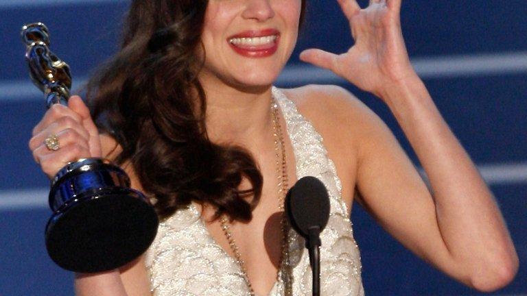 """Постижението й става още по-впечатляващо, ако се вземат предвид някои детайли, а именно: че Котияр е първата жена и едва вторият човек, спечелил """"Сезар"""" и """"Оскар"""" за една роля, както и първата актриса, която печели """"Оскар"""" за изпълнение на френски."""