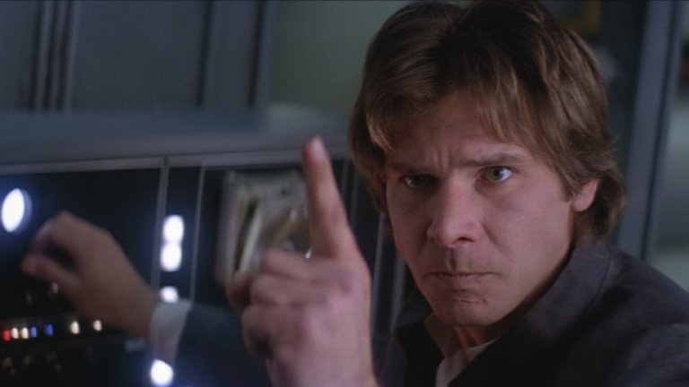 """2) Соло преди епохата на Съпротивата  Детайлите от сценария все още се пазят в тайна, но все пак знаем, че действието се развива около 10 години преди събитията в """"Епизод 4: Нова Надежда"""" (от 1977 г.). Сценаристът Лорънс Каздън, който е работил и по """"Империята отвръща на удара"""", """"Завръщането на джедаите"""" и """"Силата се пробужда"""" описва Соло по следния начин: """"Беше доста забавно да си го представя с 10 години по-млад, което би означавало, че той трябва да бъде на 20-25 години. Как ли е изглеждал, преди да загрубее? Преди да започне да стъпва накриво и да си сложи маската на циника? Какво се е случило с него?"""""""