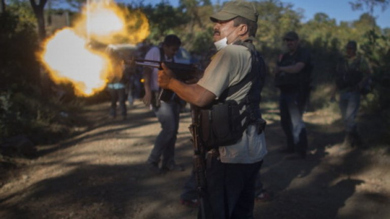 Член на група за самозащита пробва оръжието си в щата Мичоакан, Мексико през януари, 2014-та. Въпреки някои успехи, които местните граждани отбелязват във войната срещу мафиотския картел Кабаиерос Темплариос, техните усилия в общ план изглеждат по-скоро обречени на неуспех. Властта над производството на авокадо, лайм и манго в Мичоакан принадлежи на мафията