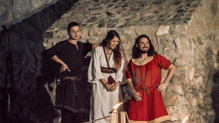 """Eriney Ако трябва да се търси описание за музиката, която Eriney свирят, то тяхното собствено би било достатъчно добро - """"Звукът на Eriney може да бъде описан като Балкански неофолк – плетеница от западноевропейска средновековна музика, балкански фолклор и ориенталски орнаменти."""" Самото звучене има лекия намек за Средновековието, за комбинацията от култури и, разбира се, за народната музика."""