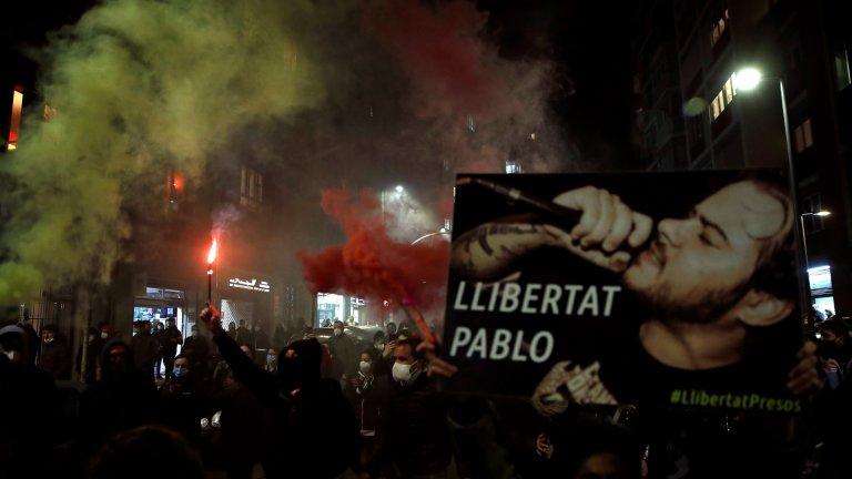 Рапърът Хасел обиди краля на Испания и сега го вкарват в затвора, но улицата излезе да го защити