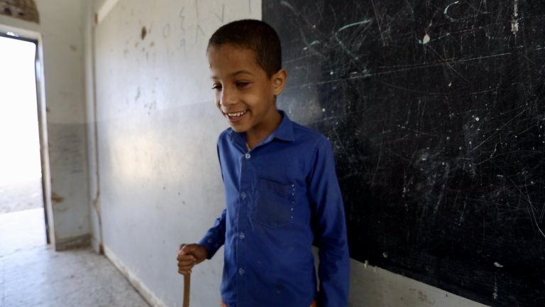 Ахмед и останалите ученици често чуват звуците на оръжие и бомбардировки