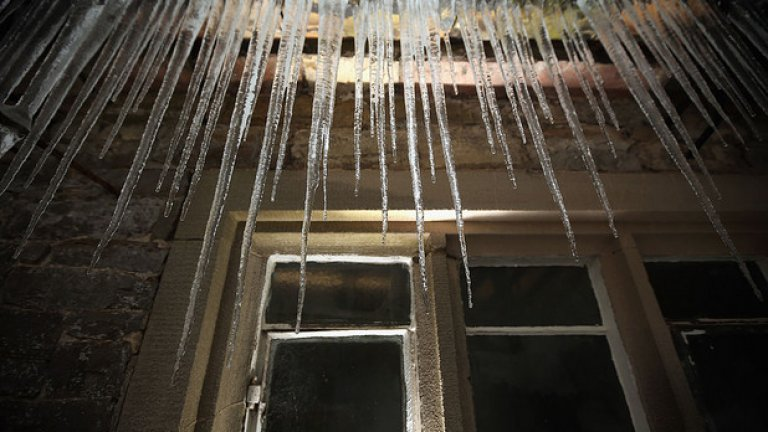 Ледени висулки   Десетки хора умират от паднали висулки всяка година в Русия. Да стоите далеч от водата не означава, че не може тя да падне на главата ви, когато е замръзнала - и това да бъде смъртоносно.