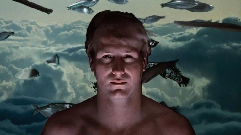 """""""Промяна на съзнанието"""" Дълбочините и границите на човешкото съзнание са основна тема в творчеството на Лъвкрафт. Малко са филмите, които с хирургическа прецизност навлизат в тази материя и """"Променено съзнание"""" на Кен Ръсел е един от тях. Филмът е базиран на едноименния роман на драматурга и сценарист Пади Чайефски. В него Уилям Хърт играе луд учен, вманиачен по темата за разширяване на съзнанието. Д-р Едуард Джесъп се подлага на сензорна депривация и пие странни халюциногенни коктейли, с които да достигне до портата, която ще му покаже какво има отвъд съзнанието му."""