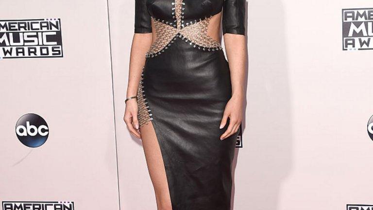 Пристрастието на Кайли Дженър към кожените рокли няма да позволи и на тях да излязат от мода, дори и глем рока от края на 80-те отдавна да е демоде.