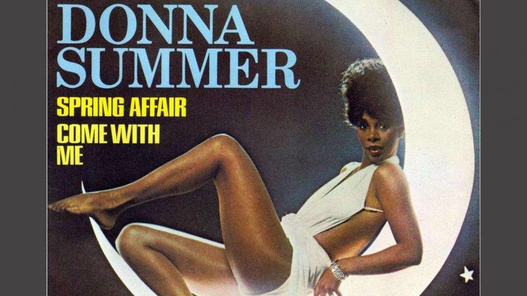 """Donna Summer - Spring AffairМакар че фамилията ѝ е """"лято"""", Дона Съмър добре знае как да ни раздвижи с диско звук и меден глас по темата за пролетните флиртове. Te сега са малко сложни за осъществяване, но нищо не ни пречи да си помечтаем."""