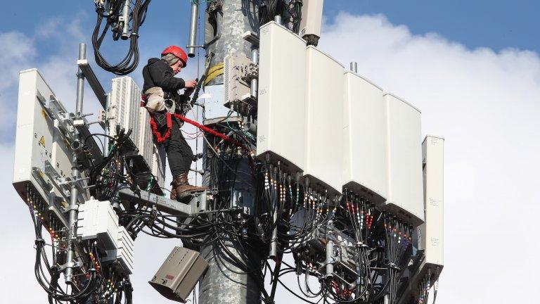 Палежи на мобилни антени накараха социалните мрежи да вземат сериозни мерки срещу фалшивите новини