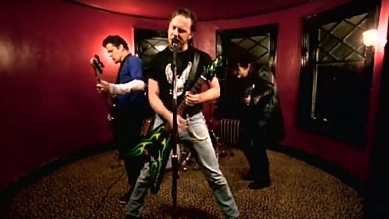 """Metallica - Whiskey In The Jar Това старо ирландско парче за женското предателство и бягството в уискито, пито от буркан, има една доста по-ранна версия на Thin Lizzy, но реално версията на Metallica ни е далеч повече на сърце. Затова се спираме на нея. Освен това парчето е перфектен начин да влезем в """"ирландската част"""" на този плейлист. Ако не друго, ирландците имат както рецепта за прекрасно уиски, така и рецепта за великолепни и веселяшки песни. И все пак ще гледаме да не прекаляваме тук, тъй като скоро ни очаква специална тема, посветена на тази веселяшка музика."""