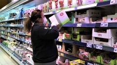 При извънредно положение в страната служителите на хранителните магазини работят неуморно от сутрин до вечер.