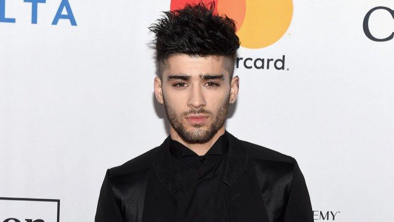 """Под обстрела му попадат и някои """"любими"""" изпълнители Покрай всички събирания и раздели на бой бандата One Direction, Райън Рейнолдс веднъж ги призова: """"Моля ви, момчета, не ме карайте да съжалявам за татуировкатаси долу ниско на кръста ми, която гласи """"One Direction"""".Очевидно между него и групата има някаква специална връзка, тъй като бившият ѝ певец Зейн Малик е чест обект на шегите на актьора. Към прословутата му огромна коса, проявяват интерес не само фенки, но и актьора. Той живо се интересува къде е била изхвърлена отрязаната коса, когато Малик се подстригва почти нула номер. И не, не пита за приятел, просто я иска за себе си. В едно видео пък съветва хората какво да правят, ако заседнат в асансьорзаедно с изпълнителя: """"Останете там колкото се може по-дълго, докато не умрете""""."""