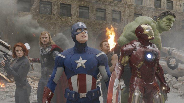 """""""Отмъстителите"""" (2012)   """"Отмъстителите"""" надминаха най-смелите очаквания на Marvel и Disney (Disney придоби Marvel през 2009 г. за 4,24 милиарда долара). С Капитан Америка, Железния човек, Черната вдовица, Хълк и Локи, нарочени да станат толкова емблематични за това поколение, колкото Люк, Лея, Извънземното и Ловците на духове бяха за предходното, киното никога повече няма да е същото – за удоволствие на едни и за нещастие на Мартин Скорсезе."""