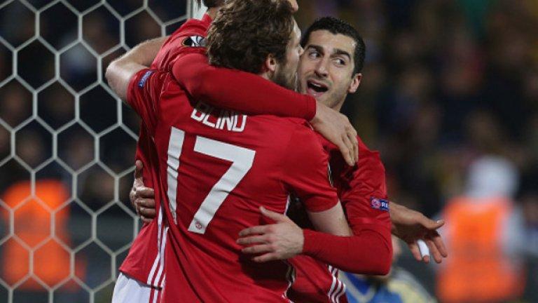 Мхитарян празнува гола си заедно със Златан и Дейли Блинд. Юнайтед обаче нямаше много поводи за радост при гостуването в Русия