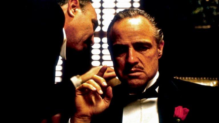 """The Godfather/ Кръстникът - Франсис Форд Копола   Екранизацията по романа на Марио Пузо събира на едно място Марлон Брандо, Ал Пачино и Джеймс Каан. Любопитно е, че една от най-запомнящите се сцени на Брандо – тази в началото на филма – по сценарий не включва актьорът да е с котка в скута си. Животното се появява случайно в началото на снимките и Копола решава да запази кадрите в този им вариант.   """"Кръстникът"""" печели три награди """"Оскар"""". Колегата на Копола -режисьорът Стенли Кубрик казва, че според него това е най-добрият филм, създаван някога."""