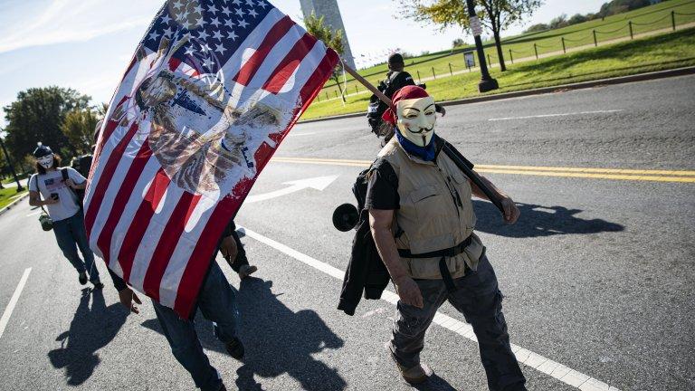Друг протестиращ във Вашингтон почита 5 ноември - Деня на Гай Фокс, известен бунтовник срещу британската монархия, опитал се да взриви парламента в страната.