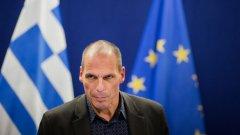 Варуфакис задмина по рейтинг харизматичния премиер Алексис Ципрас, който наскоро го насърчи горещо по-малко да говори и повече да действа