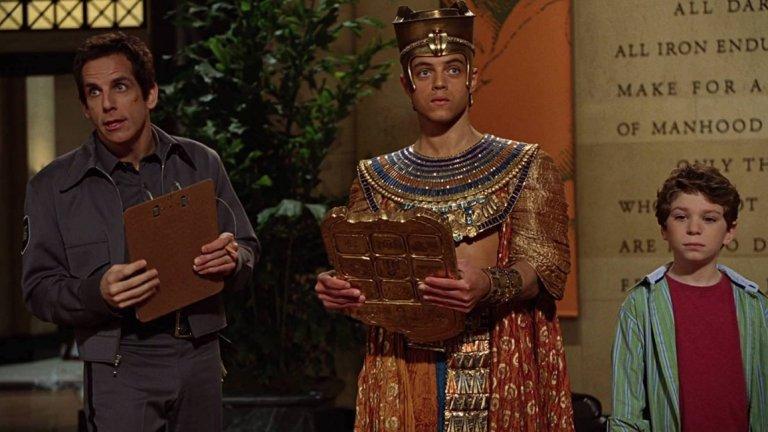 """Къде можете да го гледате?  Някои от филмите и сериалите с негово участие ще ви изненадат, в други може би го помните. Рами играе египетски фараон в трилогията комедии с Бен Стилър """"Нощ в музея"""" (на снимката). Появява се като вампира Бенджамин в последните два филма от поредицата """"Здач"""". Играл е в американската адаптация на Oldboy и автомобилния екшън Need for Speed, както и в биографичната драма Papilon, където си партнира с Чарли Хънам (""""Крал Артур: Легенда за меча"""", """"Синовете на анархията""""). Сред любопитните му появи е тази в сериала The Pacific (""""Пасифик"""", можете да го откриете в HBO)."""