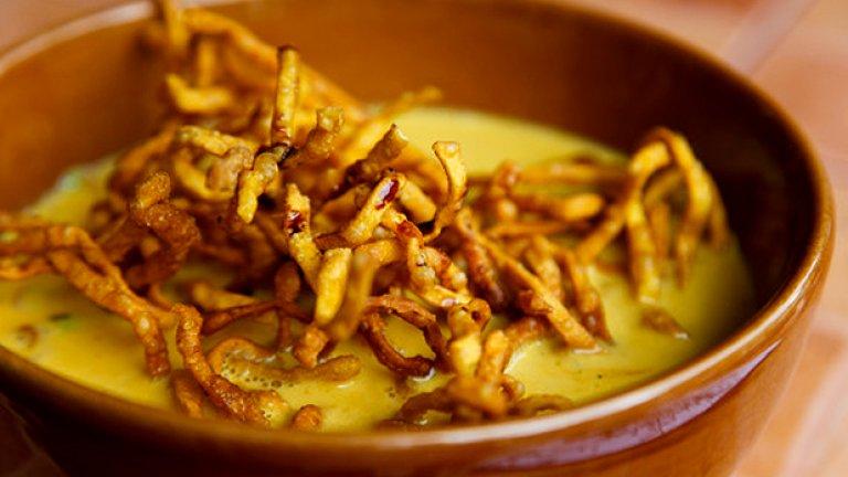 Озовете ли се в Чанг Май, главния град в северната част на Тайланд, пробвайте Khao Soi – яхния от къри с хрупкави пържени оризови спагети