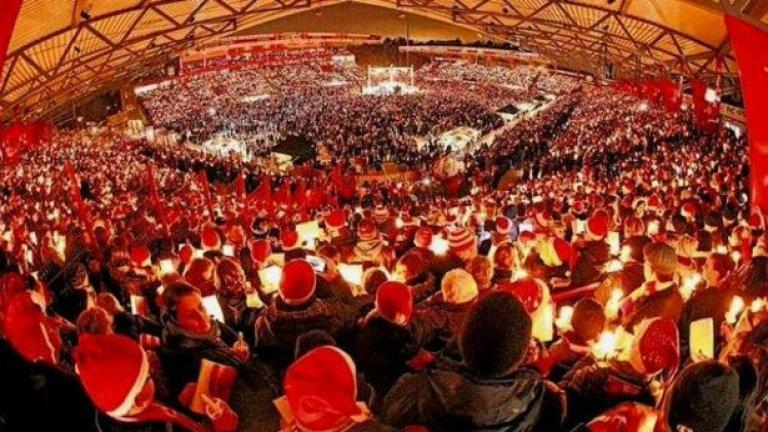 Това не е точно хореография... 31 000 запалянковци на Унион Берлин избраха да посрещнат Коледа на стадиона на отбора заедно. Ето така изглеждаше картинката.