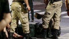 Полицията няма идея откъде са дошли въоръжените мъже, но за 2 часа те държат под контрол града, преди да избягат след това, оставяйки след себе си хаос и купища банкноти