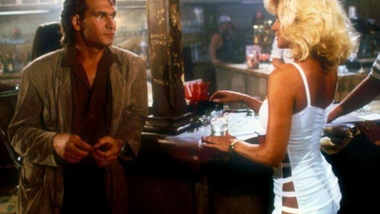 """""""Крайпътна къща""""    Брадварски шедьовър от 80-те години, носещ всички белези на това десетилетие върху грубоватата си кинематографична тъкан.  """"Крайпътна къща"""" е чисто, неопетнено от глупости като смислен сценарий, добра игра и адекватна режисура удоволствие. Визуален везувий от ирационално насилие и голи женски гърди."""