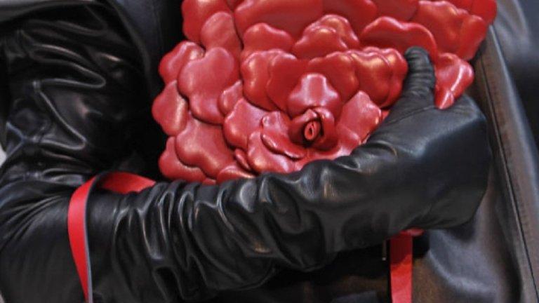 Ръкавиците, както за мъжете, така и за дамите, запазват афинитета към неутралния цвят. Според експертите господата традиционно ще заложат на вълнени ръкавици. Ако държите да ги съчетаете с дрехите, вариант е просто да са в тон, по-тъмен от палтото или якето. Това обаче е за по-практичните.    Но ако говорим за модерно, то тази зима за дамите са оперетните ръкавици, дълги до лакътя, с кожа и велур. На подиума видяхме и червени, сребристи и златисти гами. Стилни и все още модерни остават и кожените подплатени ръкавици, като се забелязват най-често в тъмнокафеникави и бежови тонове.  Няма да е грешка да сложите и скиорски ръкавици, защото виждаме как редица марки за дебели и скиорски дрехи се превръщат в модерни и търсени брандове.