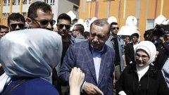 """Преди да пусне гласа си, Ердоган заяви, че се надява народът му да отвори пътя към по-бързо развитие на страната. """"Вярвам в демократичния разум на народа си"""", каза още турският президент."""