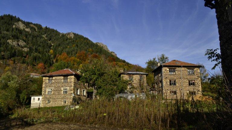 Селото е разположено на южен склон, заобиколен от борови гори и стръмни скали, а всички къщи тук са изградени от традиционен дялан камък