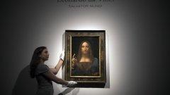 """Загадъчното изчезване на """"Спасителят на света"""" """"Спасителят на света"""" не само е най-скъпата картина, продадена на търг за рекордните 450 милиона долара, но и най-мистериозно изчезналата. През април 2019 г., месеци преди да бъде изложена в Лувъра, в Абу Даби служители на музея признават пред """"Ню Йорк Таймс"""", че не знаят къде е картината. Малко произведения са предизвикали толкова интриги (било то в света на изкуството, или сред дворовете на кралските семейства в Персийския залив), колкото въпросният портрет на Исус Христос, приписван на Да Винчи. От Абу Даби отказваха да отговарят на въпроси, а френското правителство предложи да се включи в търсенето, докато картината не бе открита през януари тази година в Неапол."""