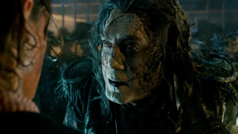 """""""Карибски пирати 5: Мъртъвците не говорят"""" / Pirates of the Caribbean: Dead Men Tell No Tales (26 май)   Джони Деп отново влиза в образа на капитан Джак Спароу, за да се изправи срещу стар враг (Хавиер Бардем). Героят на Орландо Блум пък се завръща под прикритие. Дали това ще е достатъчно за славно продължение на """"Карибски пирати"""", ще разберем в края на май 2017 г."""