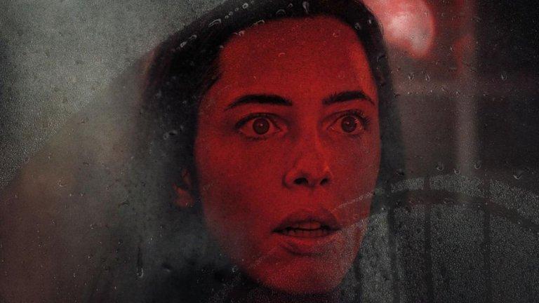 """""""Къща в мрака"""" (The Night House) Премиера: 20 август Къде: в кината  Предложение номер 1 за любителите на хоръра. Филмът разказва историята на Бет (Ребека Хол), която неочаквано е загубила съпруга си и остава сама в къща край езеро, която той е построил за нея. Но скоро започват сънищата - видения за присъствие в къщата, което я вика и което се появява само през нощта.   И въпреки препоръките на приятелите си, тя се разравя в семейните притежания в търсене на отговори, които може и да не ѝ харесат."""