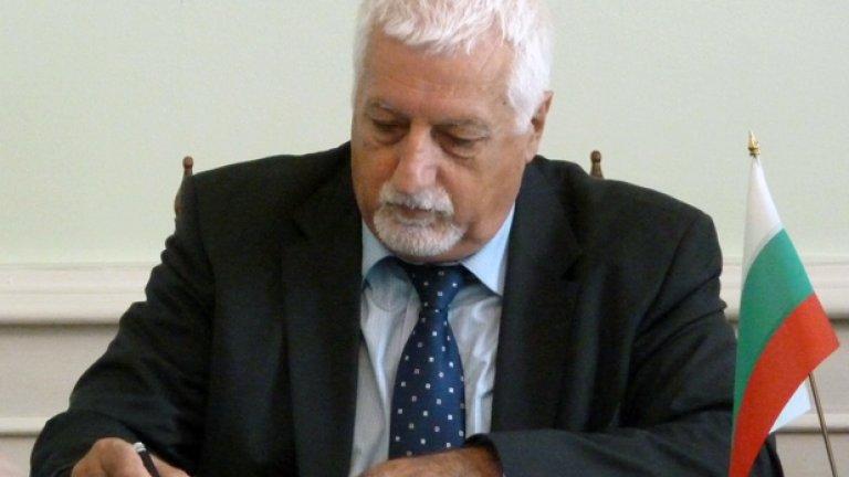 Рангел Гюров е геолог, работил е години наред като професор в Ангола