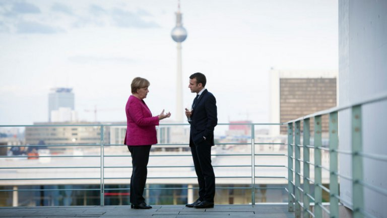 """Според източници на """"Шпигел"""" от Париж - френското външно министерство е било информирано за съдържанието на интервюто на Макрон пред """"Икономист"""" за """"мозъчната смърт на НАТО"""" само 48 часа, преди то да бъде публикувано.  За Берлин изненадата е била пълна.  За разлика от прословутата реч на Макрон пред Сорбоната през 2017 г., когато той изложи първите си смели идеи за бъдещето на ЕС, този път германският канцлер Ангела Меркел не е получила предварително копие на изказването на френския президент."""