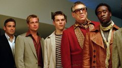 """""""Бандата на Оушън"""" / Ocean`s Eleven   Версията от 1960-а година е преведена на български като """"Луди глави"""", а в ролята на Дани Оушън е не кой да е, а Франк Синатра. Историята проследява Оушън, който събира група ветерани, които да се срещнат в Лас Вегас и да ограбят едновременно пет казина.   """"Бандата на Оушън"""" от 2011-а от своя страна включва дълъг списък от холивудски звезди и е един от най-добрите филми за обири, правени някога.   Въпреки че филмът от 1960-а носи дух, който не може да бъде пресъздаден отново, той е изместен от накъсан сценарий, незапомнящи се герои и лоша актьорска игра от страна на Синатра. Синатра е бил известен с това, че отказва да снима повече от веднъж дадена сцена и това за съжаление си личи в """"Луди глави""""."""