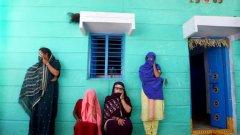 Бивши проститутки помагат на младите момичета в Индия