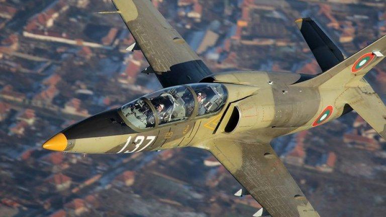 L-39ZA Реактивният учебно-тренировъчен самолет L-39 се използва от ВВС на България от 1986 г. Модификацията ZA, с която разполагаме, може да носи и въоръжение и има вградено 23-mm оръдие. В момента машината се експлоатира в качеството си на учебен самолет за напреднало обучение.