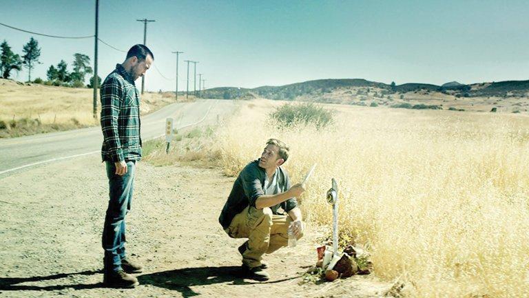 """""""The Endless"""" Независимите хорър филм-мейкъри Арън Морхед и Джъстин Бенсън представят един впечатляващ наратив в научно-фантастичния хорър """"The Endless"""". Двамата играят във филма, влизайки в ролите на двама братя, които решават да се върнат на родното си място: общество, което изповядва култ към края на света. Бюджетът на филма е много скромен, но лентата успява да пресъздаде идеологията на Лъвкрафт от начало до край."""
