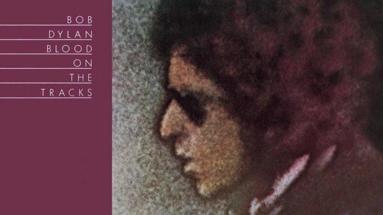 """9. Bob Dylan, 'Blood on the Tracks' (1975 г.)  В топ 10 попада албум, песните от който Дилън пише в рамките на 2 месеца. И е изключително горд от тях. Финалният албум е компилация на записи с музиканти от Ню Йорк и Минеаполис, което води до различно темпо и атмосфера на парчетата, които са сред """"най-страстните, откровени"""" песни на музиканта. Дилън го описва най-добре: """"Много хора ми казват, че харесват този албум. Трудно ми е да ги разбера - имам предвид, хората да се радват на такъв тип болка""""."""