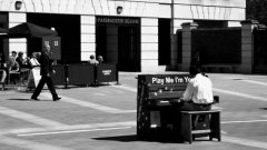 В сътрудничество между изпълнителя Люк Джерам и благотворителната организация Sing for Hope, 60 току-що реновирани пиана са поставени на обществени места в петте квартала на Ню Йорк.